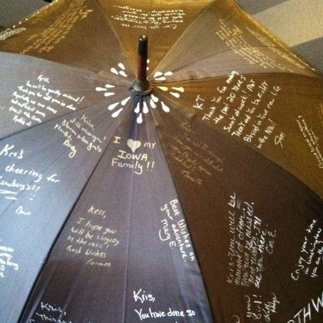 Für einsame Regentage: Ein individuell gestalteter Schirm, auf dem sich alle Freunde wasserfest verewigt haben, lässt Schlechtwetterperioden besser überstehen. Schöne Abschiedsgeschenk-Idee!