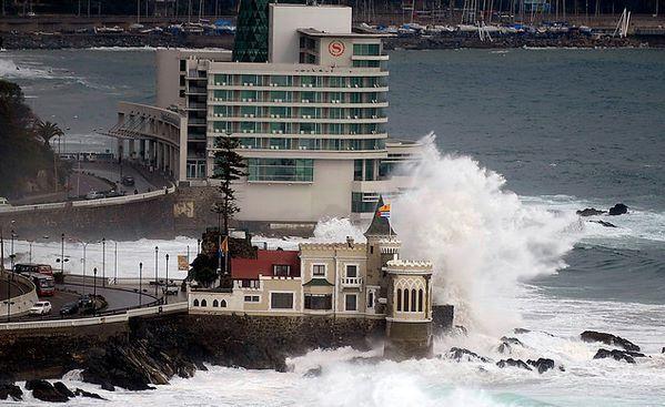 Chile, Viña del Mar. Vista panorámica del Castillo Wulf y del Hotel Sheraton bajo intensas marejadas