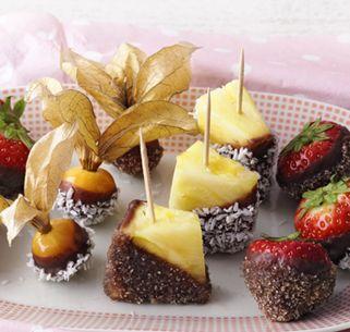 Früchte in Schokolade getaucht sind ein exquisiter Genuss - allein oder zu zweit - und sind auch bei einem Buffet ein toller Hingucker.