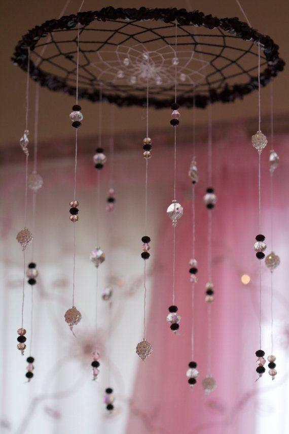 Usar na frente de uma luminária pra projetar a sombra do filtro dos sonhos no quarto;