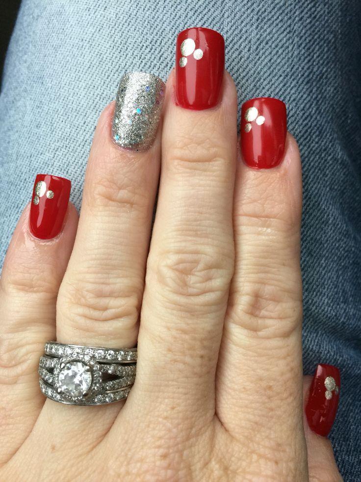 manicura cuadrada en rojo anular en plata Mickey Mouse esquinado adornando las rojas