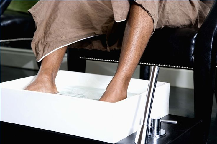 How to Soak Feet for a Pedicure