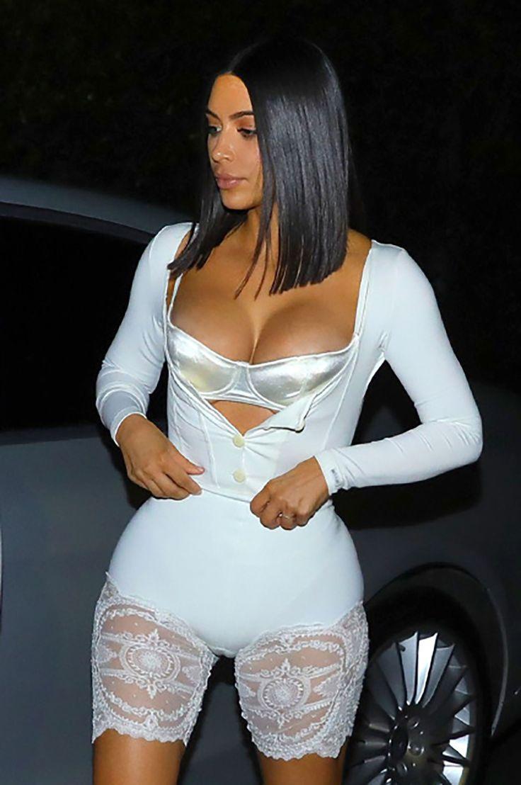 Белые кружевные обтягивающие шорты Ким Кардашьян