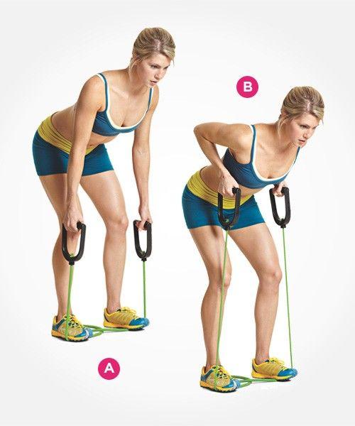 MIĘŚNIE BRZUCHA 4. Wiosłowanie taśmą w pochyleniu tułowia  Stań na taśmie jedną nogą (lub dwiema, jeśli chcesz zwiększyć opór). (A) Złap taśmę, trzymając ręce wzdłuż tułowia i przyciągnij do bioder. Wypchnij biodra w tył, ugnij lekko kolana i pochyl się do przodu, aż Twój korpus znajdzie się w pozycji prawie równoległej do. Plecy trzymaj wyprostowane.(B) Podciągnij pięści trzymające taśmę do dolnej części klatki piersiowej. Nie wyginaj w łuk pleców. Nie pomagaj sobie ruchem tułowia…