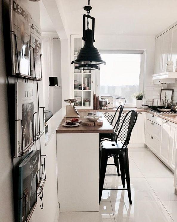 Kuchnia Nie Nalezy Do Najwiekszych Ale Dzieki Bieli Ktorej Jest Tu Zdecydowanie Najwiecej Wnetrze Small Apartment Kitchen Kitchen Remodel Small Cosy Kitchen