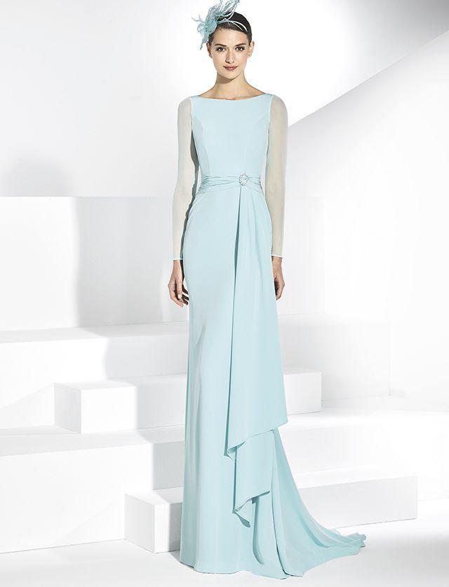 30a066ca4 Vestido de fiesta largo en crep turquesa con mangas transparentes de licra  al tono sobrecapa en la falda delantera.