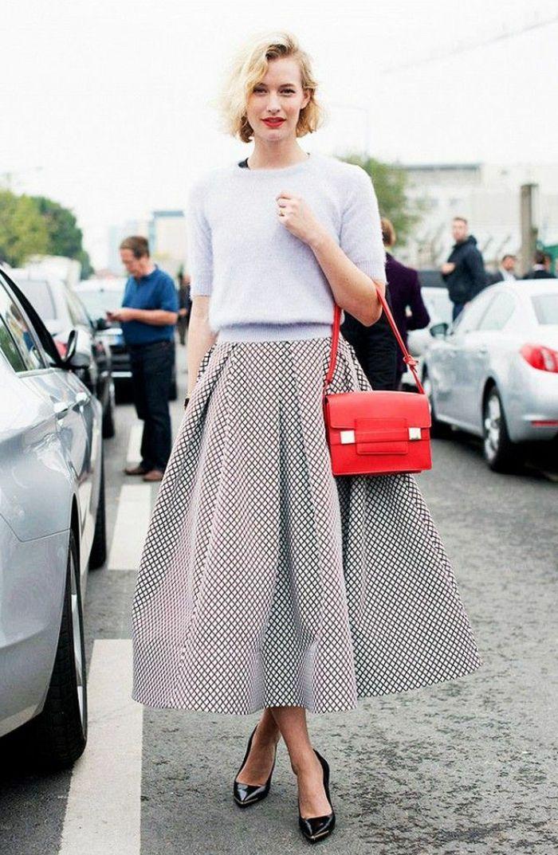 jupe parapluie gris blanc et sac a main rouge