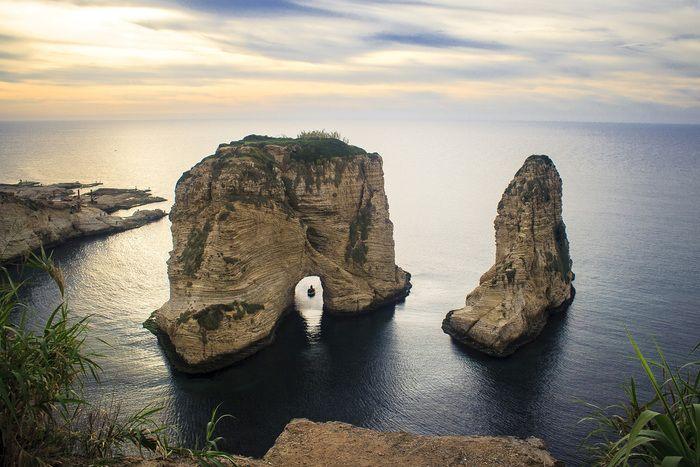 Al largo della costa libanese di Raouché, sulla punta più occidentale di Beirut, sorge l'arco naturale di Raouchéù, o Rocca dei piccioni, caratterizzato da due grandi formazioni rocciose simili a sentinelle gigantesche, che richiamano turisti e curiosi.