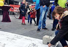 25-Oct-2014 13:18 - TAPIJT VOL HANDTEKENINGEN VOOR BEHOUD ZWARTE PIET. De actie voor 'Behoud van onze eigen Zwarte Piet' op het Spuiplein in Den Haag verloopt rustig. Een tiental vrijwilligers deelt ballonnen uit aan...