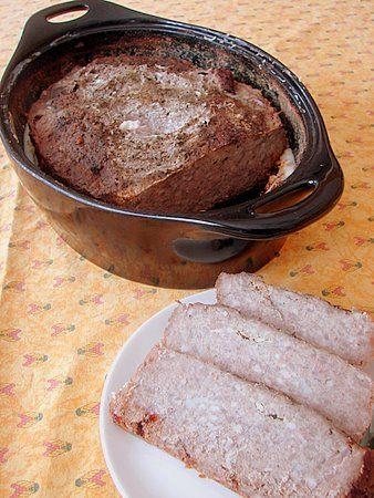 Les pâtés sont un des rares plats qu'on me réclame à la maison ; pour le reste, on me laisse décider... Déjà en France, on trouvait qu'il n'y avait pas de comparaison entre une fabrication maison et la plupart des pâtés du commerce. Ici c'est encore plus...