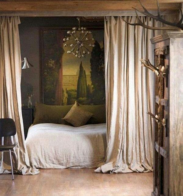 Coloque cortinas em torno da cama.