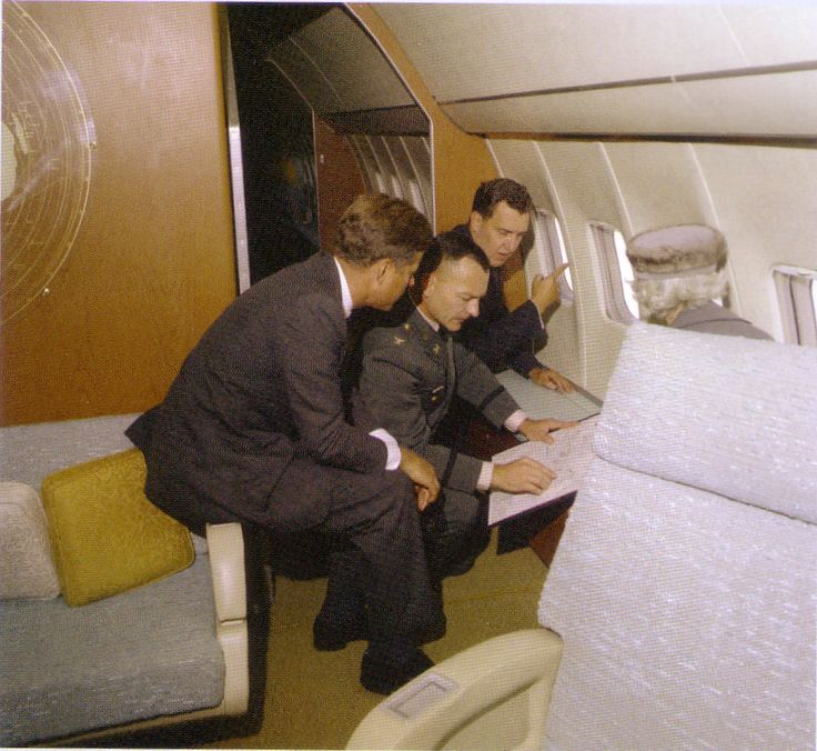1963. 19 Octobre. SAM 26000. Conference aboard Air Force One. Jfk with the US Senators from Maine: Edmund Muskie and Margaret Chase Smith, and Col Robert C. Marshall from the US Army Corps of Engineers, as they overflew the Passamaquoddy Tibal Basin in Maine