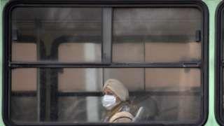 Image copyright                  Getty Images                  Image caption                                      Los motores diesel emiten partículas muy finas que son particularmente nocivas para la salud.                                Para mediados de la próxima década los autos y camiones que tengan motor diésel no podrán transitar en cuatro grandes ci