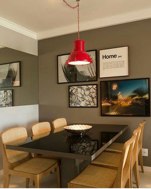 Sala de jantar pequena, com parede cinza e pendente vermelho que deu um up no ambiente. Adorei. 😍✔🔝 . #arquitetura #designer #instadecor #decoração #projetos #decor #ambientes #salas #home #designdeinteriores #diy #instastyle #casa #art #arqlove #qinove