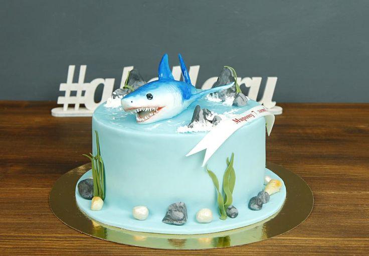 """Торт """"Акула""""  Хотите сделать оригинальный подарок своему другу-рыболову🐟, удивить сына креативным лакомством или поразить друзей? Закажите торт Акула🐋, и вы сможете насладиться удивлением на лицах ваших гостей. Где же заказать такой удивительный торт? Конечно же, в нашей кондитерской😉  Торт как на фото можно заказать от 2-х кг всего за 2150₽/кг. #фигуркаизмастики акулы включена в стоимость торта.  Специалисты #Абелло готовы помочь с выбором красивого и качественного десерта по любому…"""