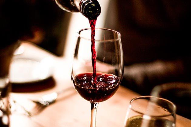 El vino previene las caries -  ¿A quién no le cae bien una copita de vino tinto de vez en cuando? Pero además de su rico sabor,el vino tinto tiene beneficios para la salud como reducir el colesterol malo, bajar de peso, proteger el cerebro, prevenir enfermedades cardiovasculares y, de paso, previene las caries Pero hay un be... - https://notiespartano.com/2018/02/26/oler-bien-tiempos-crisis/