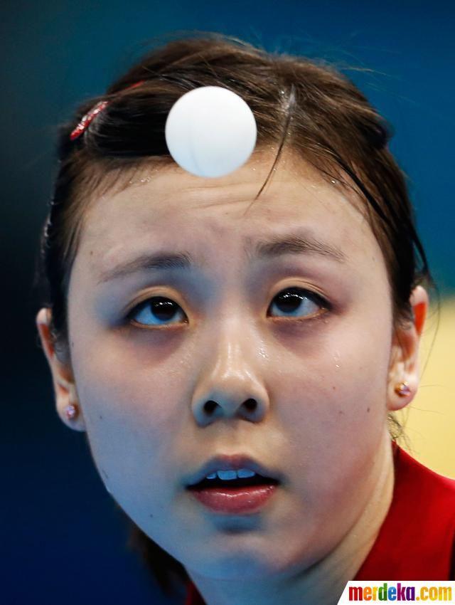 Atlet Ariel Hsing dari USA saat melawan atlet Ni Xia Lian asal Luksemburg.