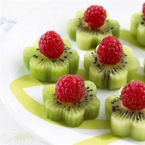Organic Kiwi Fruit Flowers using Cookie Cutters Blumen Fun Food Obst Fruit Kids Himbeeren raspberries