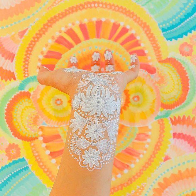 gooood mooorning🌞 昇れる太陽のように、背景には眩しく輝く朝の日の光のような絵とともに。 ・ ・ 今日も一日素敵な幕開けを〜 gooddays✨ ・ ・ ・ ・ ・ ・ ・ #PrayerArt #プレアーアート #きよりんご ・ ・ ・ ・ ・ ・ ・ #handart#ハンドアート#マタニティペイント#bodypaint#Facepaint#artpaint#artflower#paintart#グリッター#刺繍#チャクラ#開花#エネルギー#祈り#ボディジュエリー#fashionart#装飾#消えるタトゥー#paintingart #アート#京都#world1 #おはよう #朝#色彩#PEACE #illustration