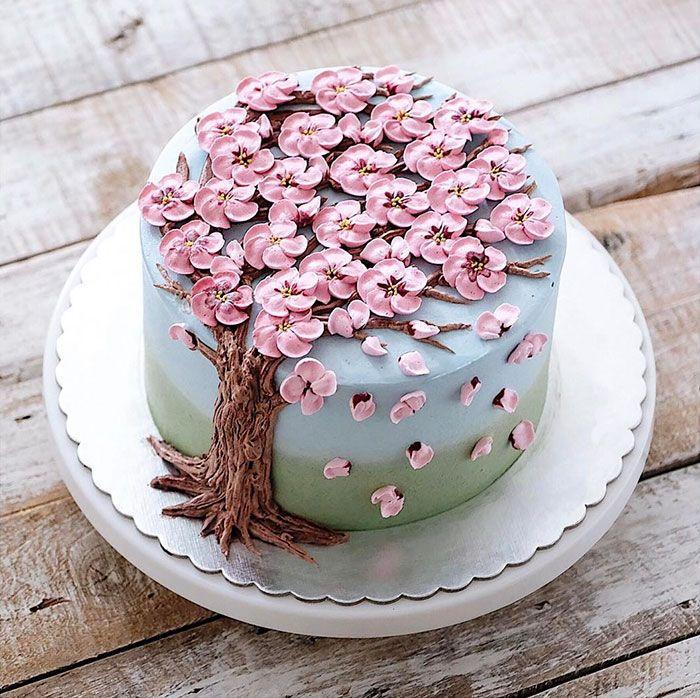 Las tartas son de distintos colores, formas y tamaños, pero tienen en común su vibrante decoración florida. Están hechas de mantequilla, azúcar en polvo, colorante alimentario...