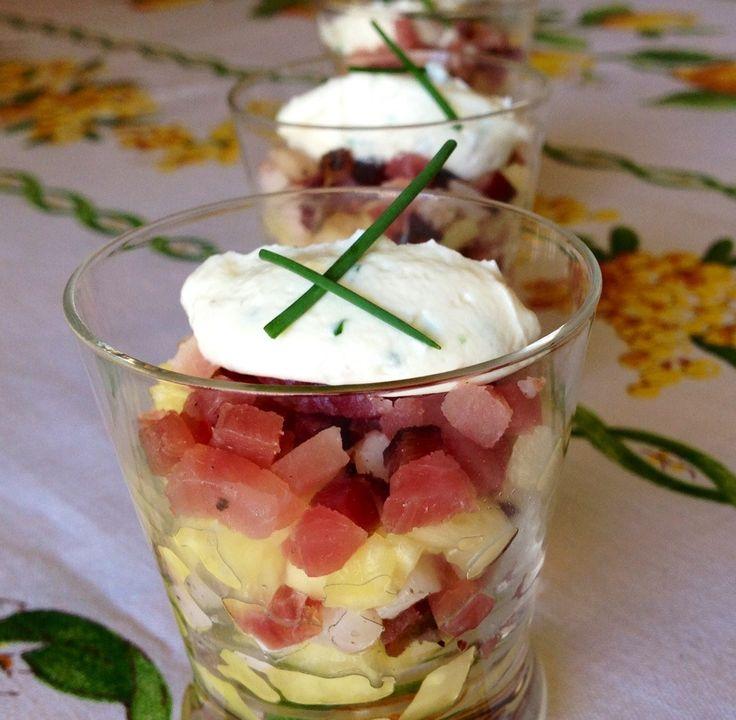 Tartare di ananas con speck croccante e quenelle di caprino all'erba cipollina