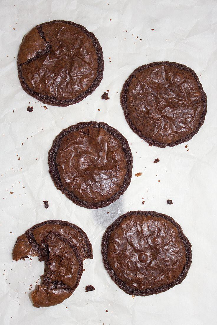 Sega, chokladiga med krispiga kanter. Ja, så kan man nog beskriva dessa kakor. Och riktigt goda! Kakan smakar mycket choklad och passar både att äta som de är men är även jättegoda med lite grädde …