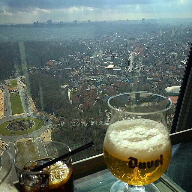 Degustando nas alturas. #atomium #travel #brussels #beer #duvel #panorama #restaurant #bar