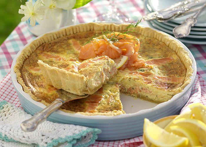 En god paj gör alltid succé på buffén. Här har vi fyllt ett pajskal med kallrökt lax och en massa krämig ost.