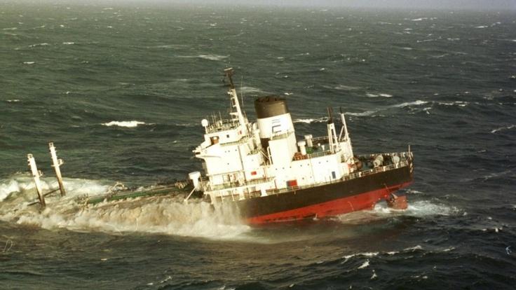Je krijgt niet alleen een olielek als mensen olie proberen af te tappen, maar ook als een schip met olie verongelukt.