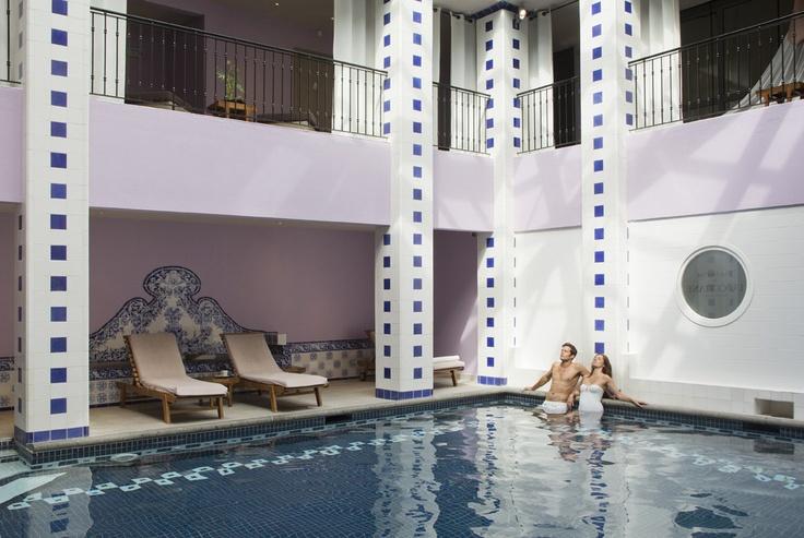Piscina interior de Club Med Spa l'OCCITANE en Club Med Opio en Provence, Francia