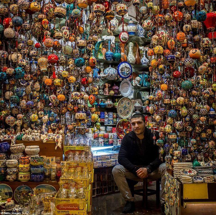 Большой базар или Гранд базар в Стамбуле – один из старейших и крупнейших крытых рынков в мире. Каждый день его посещают около 250 тысяч человек. Если вы хотите увидеть весь ассортимент традиционных турецких товаров, собранный в одном месте, и отточить своё умение торговаться, то лучшего места вам просто не найти.