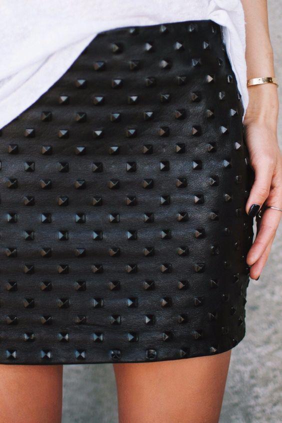 EBANX | Tendências para 2017: Rock'n'roll. O rock passou por várias mudanças, mas sempre continuou no guarda roupas das mulheres. Você pode montar um look chique ao casual, só depende de como você combina as peças! A cor preta é predominante, mas o azul e cinza também marcam presença.