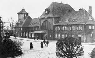 Koszalin, Polonia. edificio antes de la guerra de la estación de tren de Koszalin,  completado en 1914.  Detrás de él, la torre de agua visible