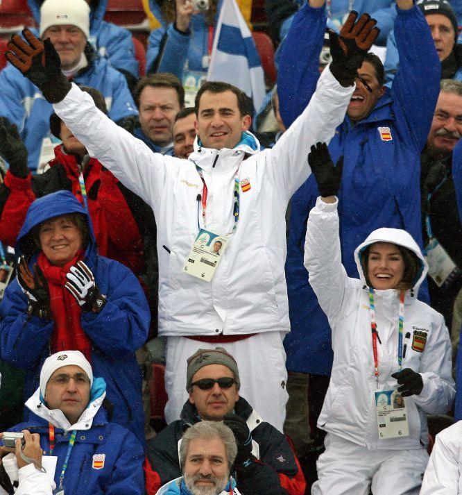 24 de febrero de 2006. El Príncipe de Asturias y su esposa, Letizia Ortiz, celebran la participación de la atleta española María José Rienda en los Juegos Olímpicos de Invierno de Turín. MIRKO GUARRIELLO (EFE) Felipe VI: Una pasión: el deporte | Fotogalería | Actualidad | EL PAÍS