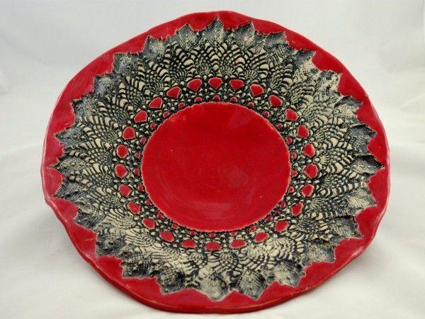 Unikatowa, nieregularna patera w kolorach ognistej czerwieni. Zdobiona czarną koronką. Wykonana ręcz...