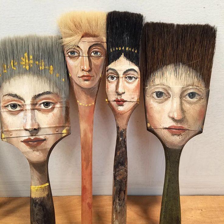 Surrealistischer Künstler malt einzigartige Portraits auf abgenutzte Pinsel und andere gefundene Objekte