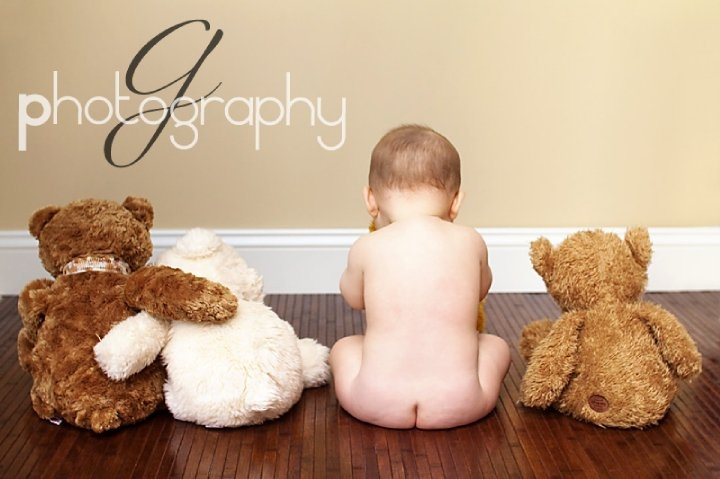 BLOG POST - Monthly Photo Love:   Babies in Frames!  Great ideas for making your monthly baby photos just a little more interesting! www.stickybellies.com (photo credit: SunbeamPhotography.com)