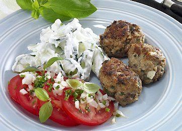 I denne opskrift på Middag a la Grækenland til Dukan-kuren får du de dejligste frikadeller krydret med persille, oregano og hvidløg samt fetaost. Og selvfølgelig følger der en dejlig tzatziki med.Opskriften på frikadeller og tzatziki er indsendt af Lone Hyldgaard.