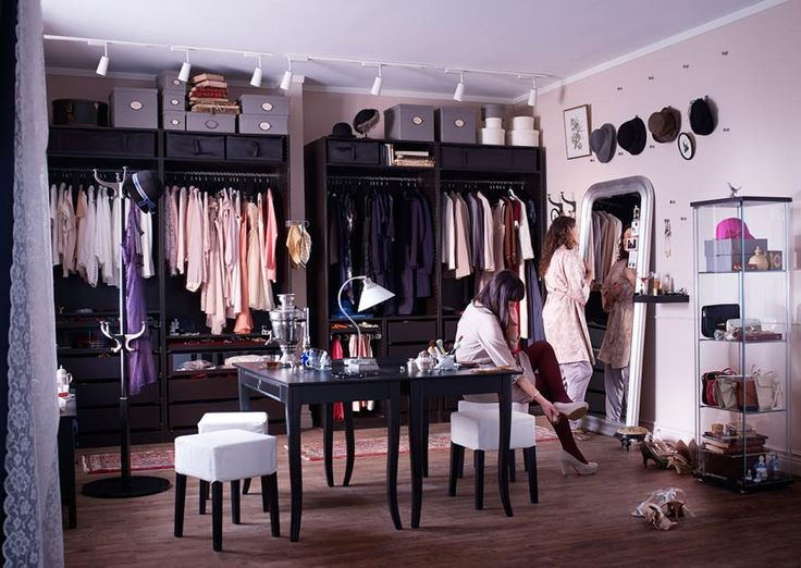 Wie überall beim Wohnen, so lässt sich auch ein begehbarer Kleiderschrank mit kleinem, mittleren oder großem Budget verwirklichen. Am unteren Ende der Skala finden sich beispielsweise Lösungen von Ikea. Mit Regalboards, Kommoden und Kleiderstangen lassen sich verhältnismäßig preisgünstige, begehbare Schranklösungen Marke Eigenbau realisieren.
