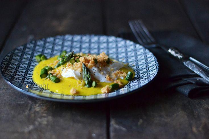 Crema di riso basmati allo zafferano con asparagi, uovo in camicia e crumble di parmigiano - di Roberta Castrichella #fuudly #ricette #cucinaconzaffy
