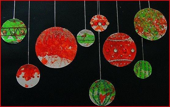 Sur papier noir de jolies boules la peinture d cor es - Boule noel maternelle ...