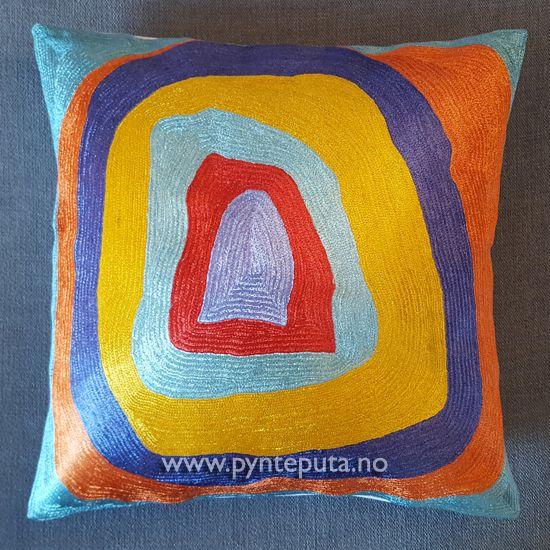 Pyntepute - Ellipse Silke 2. Denne pynteputen er en av tre puter i en serie som er inspirert av kunstneren Kandinsky. Det abstrakte uttrykket og bruken av spennende farger, skaper en spennende detalj i interiøret ditt. Fargene som er brukt er gul, rustrød, kobber, lila, dyp blå, mellomblå og lyseblå. Putetrekket er laget av silke og bomull brodert på bomullslerret. Fra nettbutikken www.pynteputa.no #pyntepute #pynteputer #pynteputa #farger