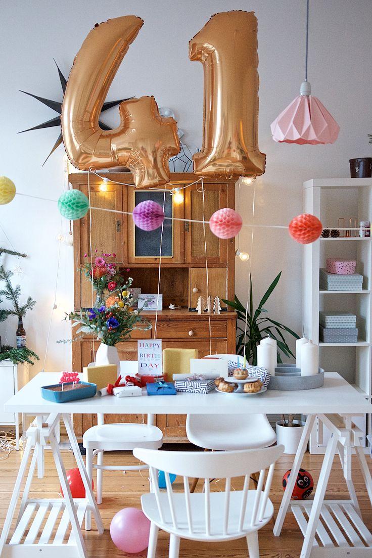 Geburtstagstisch zum 41. Geburtstag | Folienballons gefüllt mit Helium, Geschenke und ein Muffin-Geburtstagskuchen