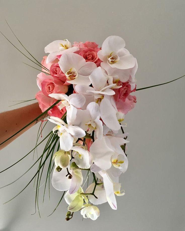 CBR451 cascading bouquet with pink flowers and orchids / ramo de cascada con rosas rosas y orquídeas