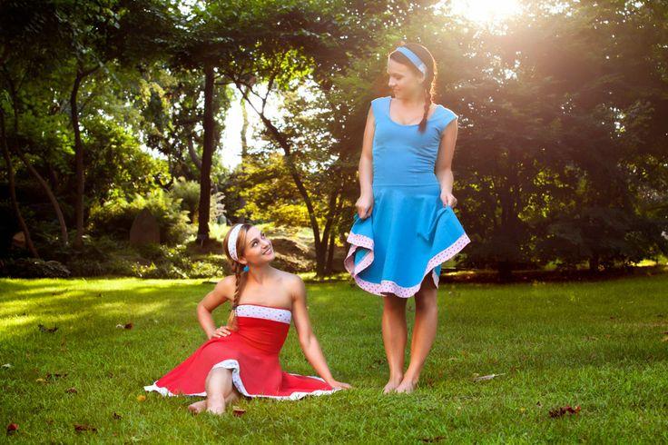 Milujeme šaty a barvy! V našem malém projektu Chicies se tyto naše dvě vášně pokoušíme skloubit v jedno za pomoci jednoduchých střihů a kvalitních látek. Doufáme, že naše šaty a doplňky ve Vás vyvolají alespoň zpoloviny takové nadšení, jako se kterým jsme je vytvářely:) Šaty jsou jako stvořené pro všechny ženy a dívky, které se rády baví, berou život s nadhledem a nebojí se plnit si své sny:)