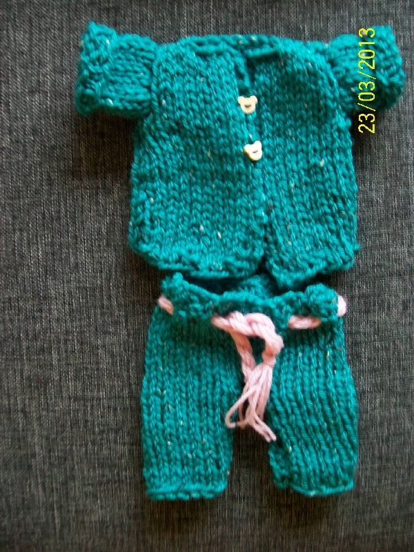 poppen broekpakje -   Inges baby breihoekje - Prachtig handgemaakt broekpak voor de pop.  Wie wil nu niet zo´n prachtige broekpak dragen?  Goed te combineren met een vestje andere kleur broek.  Handgemaakt van Merino   U kunt zelf de kleur bepalen. € 8.95 per set