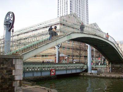 19e arrondissement Lorsque le Pont Levant est en action, les piétons peuvent traverser la canal grâce à une passerelle fixe installée à ses côtés. Un endroit idéal pour profiter en hauteur du spectacle des roues en action, dont le mécanisme date de sa création !