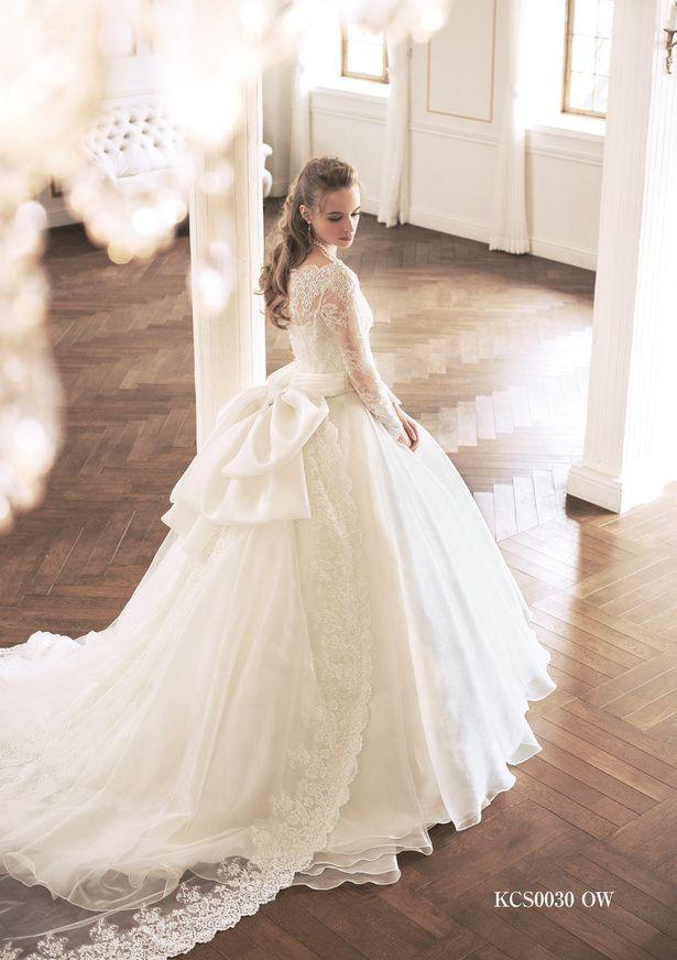 ドラマティックな美しさで魅了するロングスリーブドレス