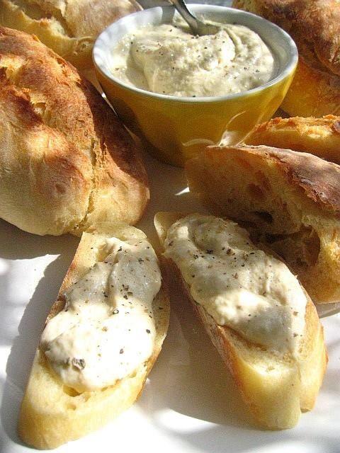 Espuma del atún y al limón y al orégano  1 lata de atún en aceite de oliva (190 g) - 40 g de mantequilla blanda - la ralladura de ½ limón - 2 càs de jugo de limón - 2 càs de aceite de oliva - ½ càc de orégano seco o de otra hierba seca - 1 diente de ajo pelada - pimienta - piment d ' espelette en polvo Preparación: Coloque todos los ingredientes en el tazón de su mixer, mezcle hasta obtener una pasta delgada y ligera, eso es todo! Sirva en las rebanadas de pan, posiblemente, tostadas y…