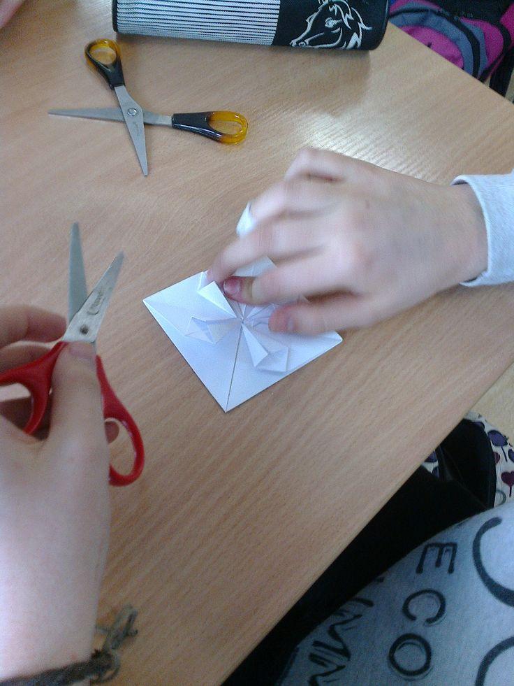 Tak powstają serduszka z origami.